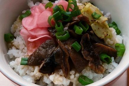 Süß-salzig marinierte Shiitake auf Sushireis mit Radieschen, Broccolistrunkscheiben und Frühlingszwiebeln