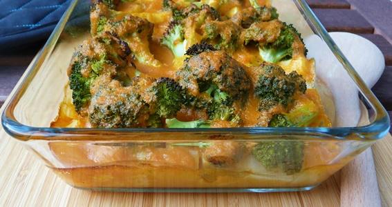 Veganer Auflauf mit Kartoffeln, Brokkoli, Kohlrabi und Karotten-Béchamel