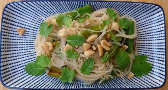 Glasnudelsalat mit grünem Spargel und Erdnüssen