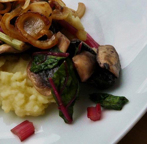 Sellerie-Kartoffel-Stampf, bunter Mangold, Champignons, Schmorzwiebeln