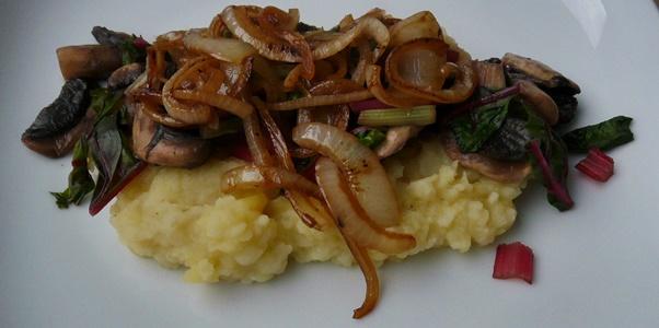 Sellerie-Kartoffel-Stampf, bunter Mangold, Pilze, Schmorzwiebeln