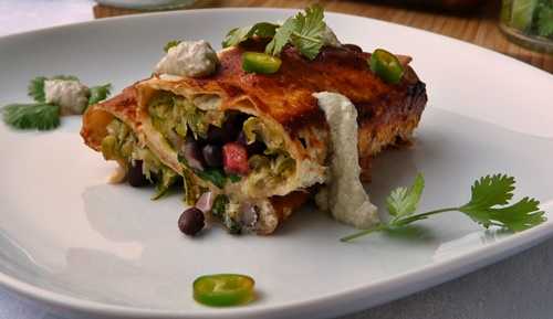 Vegane Enchiladas mit Zucchini, Spinat und schwarzen Bohnen mit cremiger Sonnenblumenkerncreme und pikanter Soße