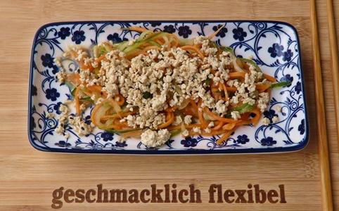 Rohkostsalat aus Gurke und Karotte mit Misodressing und Sesam-Tofu-Bröseln