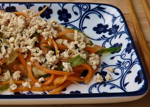 Rohkostsalat aus Schlangengurke und Möhren mit Misodressing und Sesam-Tofu-Bröseln