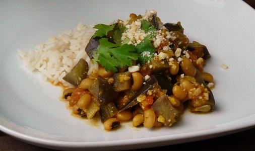 Veganes, indisches Curry mit Schwarzaugenbohnen, Aubergine und Cashewkernen