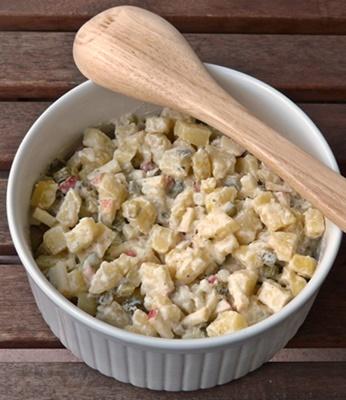veganer Kartoffelsalat mit selbst gemachter Cashew-Mayonnaise, Gewürzgurken und Apfel