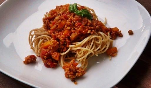 vagane Bolognese-Soße mit selbstgemachtem Seitan, Karotten und Staudensellerie