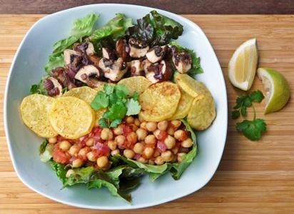 veganer Texmexsalat mit Kichererbsen, gebackenen Kartoffelscheiben, Knoblauchchampignons und frischem Koriander