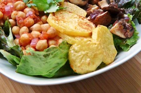 veganer Texmexsalat mit Kichererbsen, gebackenen Kartoffelscheiben und Knoblauchchampignons