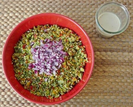 Brokkolisalat roh mit Paprika - vegan!