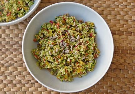 veganer Rohkostsalat mit Brokkoli, Paprikaschoten und cremigem Dressing mit Cashewmus