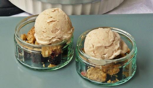 Veganes Rezept: Spätsommerlicher Brombeer-Crumble mit cremigem Mandeleis