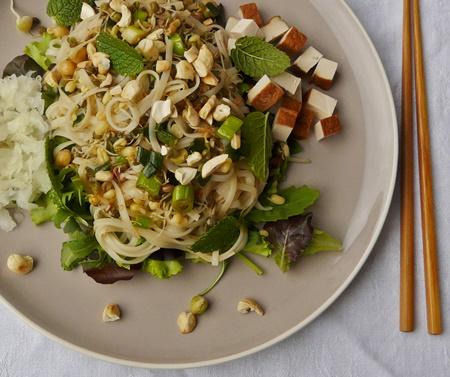 Vegane, lauwarme Reisbandnudeln mit Sprossen und Salat
