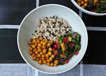 Veganes Rezept: Wildreismischung, bunter Mangold mit Tomate und Knoblauch, geröstete Kichererbsen