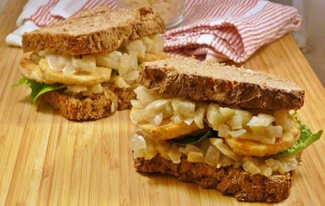 Vegane Stulle mit gebratenem Tempeh und Kompott aus Zwiebeln und Birnen