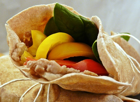 Vegane Wraps mit Mus aus Pintobohnen, Paprika und Blattspinat