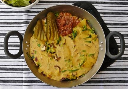 Veganes Bauernfrühstück aus Kichererbsenmehl mit Kartoffeln, Porree und Pilzen