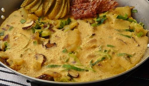 Veganes Bauernfrühstück aus Kichererbsenmehl mit Kartoffeln, Lauch und Champignons