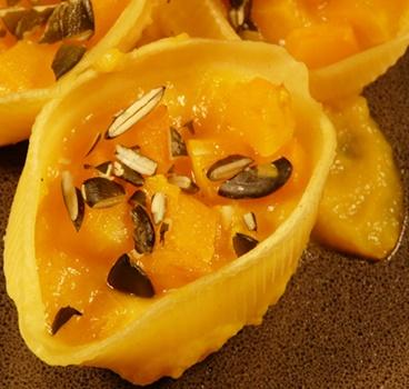 Conchiglioni - große Muschelnudeln mit veganer Füllung aus Muskatkürbis