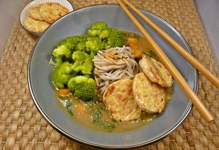 Vegane, japanische Currynudelsuppe mit Brokkoli, Karotten, Soba-Nudeln und gebratenem Tempeh