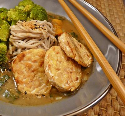 Vegane, japanische Currynudelsuppe mit Brokkoli, Soba und gebratenem Tempeh