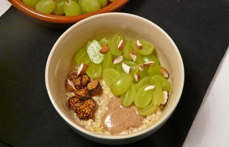 Veganes Frischkonmüsli aus Hafer mit Weintrauben, getrockneten Feigen, Apfel und Mandeln