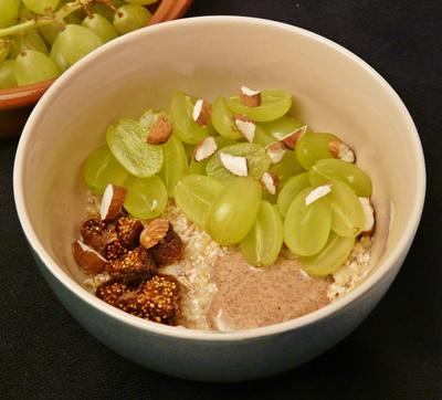 Veganes Frischkonmüsli aus Hafer mit Weintrauben, getrockneten Feigen, geriebenem Apfel und Mandeln