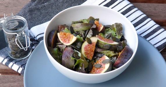 Veganer Herbstsalat mit Feigen, Kürbiskernen und würzigem Miso-Dressing