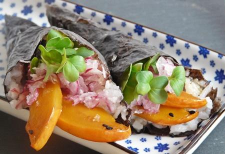 Vegane Temaki: Sushi-Handrolle mit Kürbis, Sesam, Rettich, Daikon-Kresse und veganer Mayonnaise