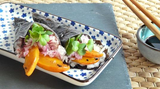 Vegane Temaki: Sushi-Handrolle mit Kürbis, Sesam, rotem Rettich, Daikon-Kresse und veganer Mayonnaise