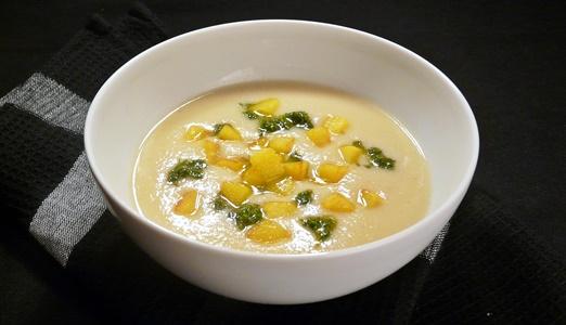 Vegane, cremige Suppe aus Petersilienwurzeln mit frischem Petersilien-Öl und gebratenen Kartoffelwürfeln