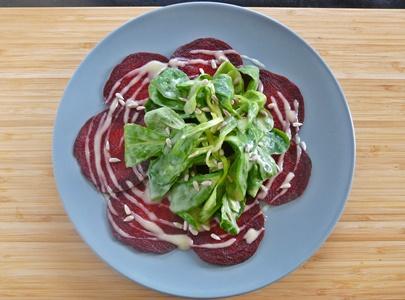 Carpaccio aus Roter Bete mit Feldsalat, veganem Kartoffeldressing und Sonnenblumenkernen