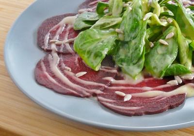 Rote-Bete-Carpaccio mit Feldsalat, veganem Kartoffeldressing und Sonnenblumenkernen