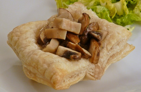 vegane Vorspeise: Blätterteigkörbchen mit Champignons und Kräuterseitlingen in Rahmsoße