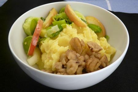 Schüssel mit veganem Kartoffelstampf, Apfel-Lauch-Gemüse und Maronen