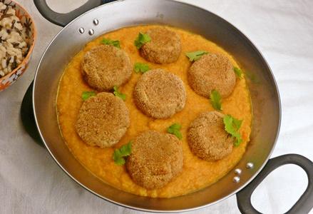 Vegane Köfte aus Süßkartoffeln und Kartoffeln mit Karotten-Kokos-Soße