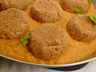 Vegane Köfte aus Süßkartoffeln und Kartoffeln mit Möhren-Kokos-Soße
