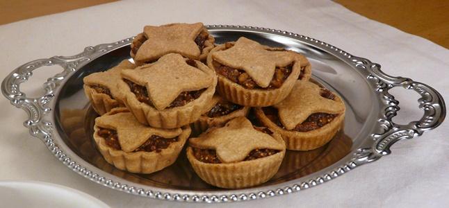 Süße, vegane Mince Pies mit einer Füllung aus Apfel, getrockneten Feigen, Walnüssen und Gewürzen