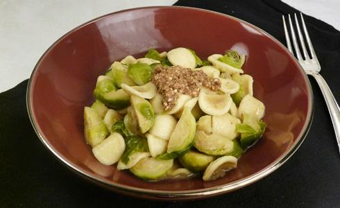 Orecchiette-Nudeln mit Rosenkohl in sahniger, veganer Soße mit Haselnussbröseln