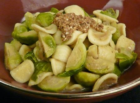 Orecchiette-Nudeln mit Rosenkohl in cremiger, veganer Soße mit Haselnussbröseln
