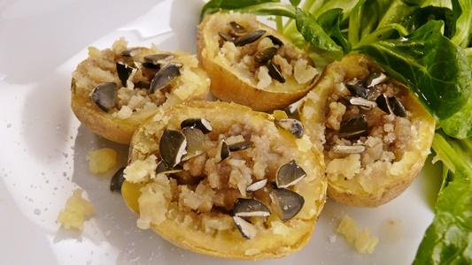 Kartoffeln aus dem Ofen mit Kürbiskernöl und Kürbiskernen