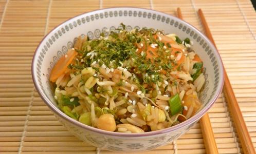 Veganer, gebratener Reis mit Gemüse, Sesam und Nori