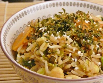 Veganer, gebratener Reis mit Gemüse, Sesam und Noriflocken