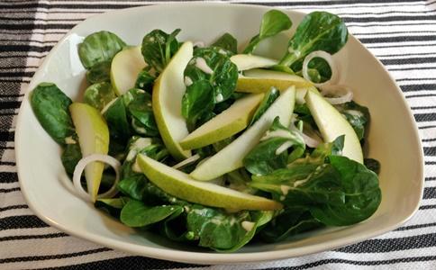 Feldsalat mit Birne und veganem Dressing mit frischem Meerrettich