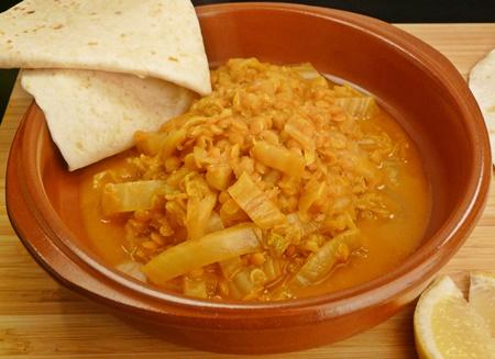 Veganes, einfaches Curry mit Chinakohl und roten Linsen