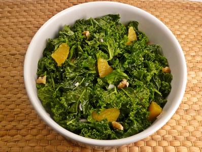Veganer Grünkohlsalat mit Orangenfilets, Walnusskernen und einem Dressing mit körnigem Senf