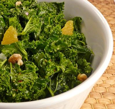 Grünkohlsalat mit Orangenfilets, Walnusskernen und einem Dressing mit körnigem Senf