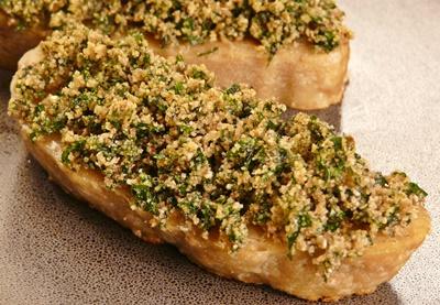 vegane Steaks aus Seitan mit einer gebackenen Haube aus Semmelbröseln und glatter Petersilie