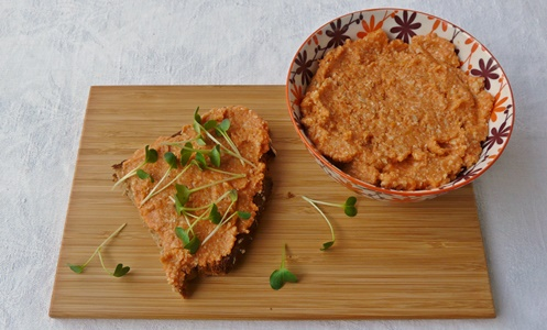 Einfacher, veganer Karotten-Walnuss-Aufstrich mit Brot und Kresse