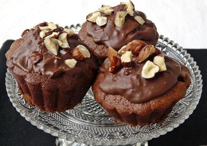 Vegane Muffins mit Nougat, Haselnüssen und dunkler Schokolade